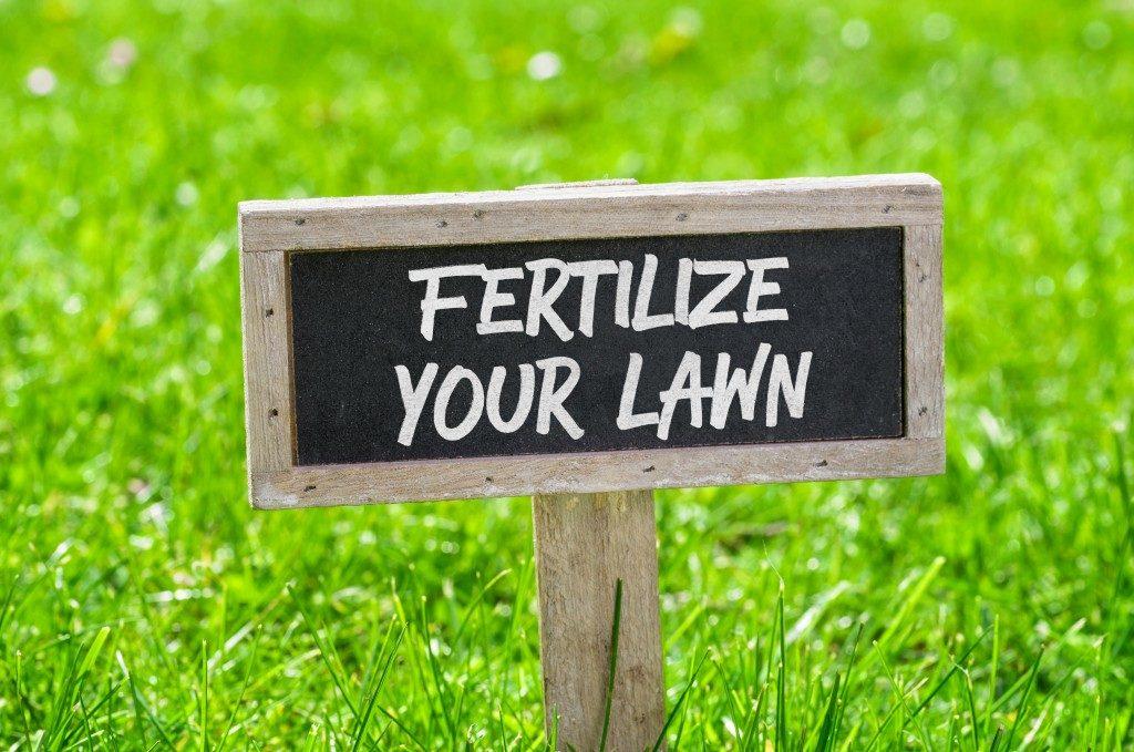 fertilize your lawn sign